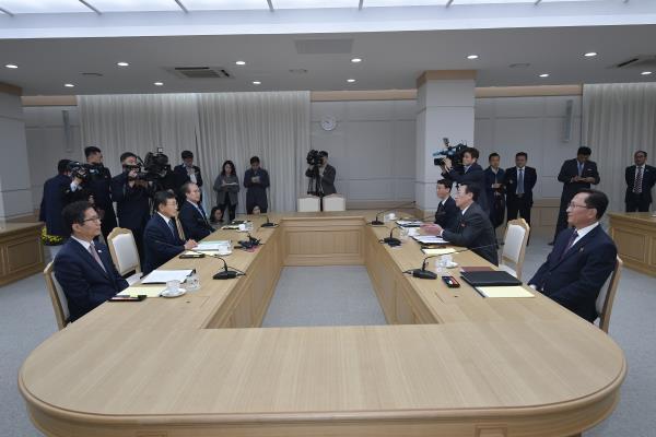 Koreas to run pilot program to exchange info on infectious diseases